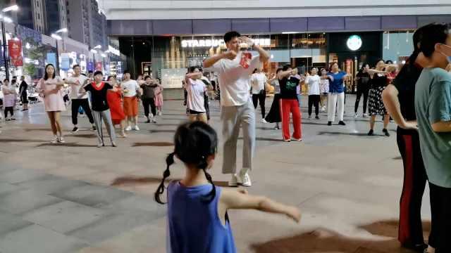 20岁小伙成广场舞领舞:出汗释放下,减轻工作压力