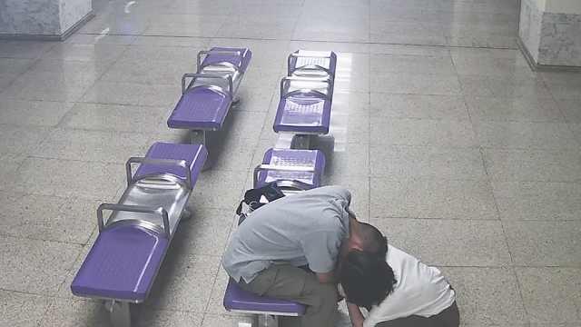 21岁男子地铁站晕倒:工作压力太大,白天加班晚