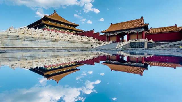 """北京雨后故宫现""""天空之镜"""":镜面反射蓝天白云,故宫变""""天宫"""""""