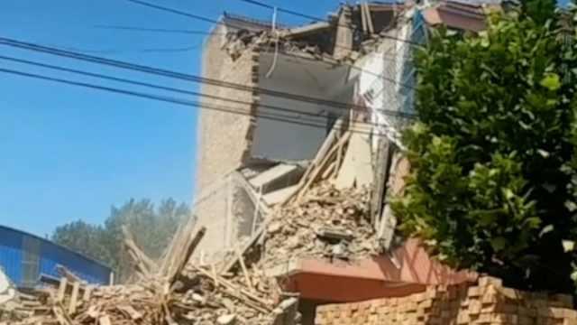 河南一4层楼倾斜坍塌砸垮三层楼,房主:邻居挖地基太深所致