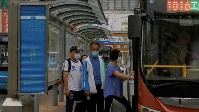 大爷大妈组赶海大军提桶挤爆公交车,司机:连鞋都扔不上去