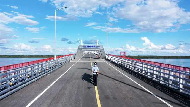 中俄界江大桥守桥人:吃住在桥上,拿饭和去卫