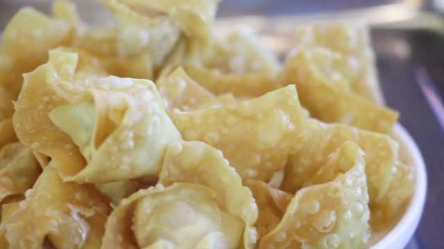 从小吃到大的美食!25年老店卖炸云吞:表皮酥脆