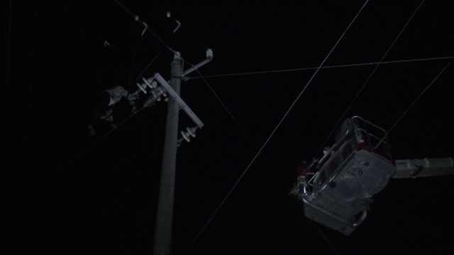 爬高压线轻生致病人死亡男子被批捕:曾在电线上折腾8小时