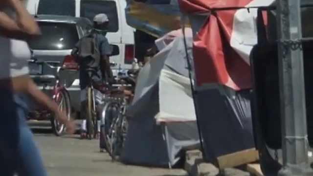 疫情下的两个洛杉矶:无家可归者增多,帐篷旁