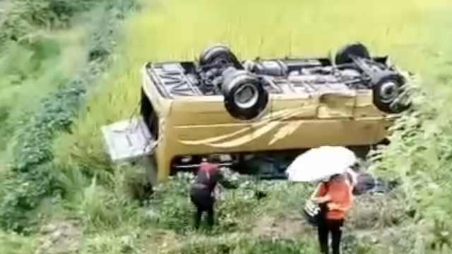 岳阳载多人客车翻下公路,伤者全部送往医院救