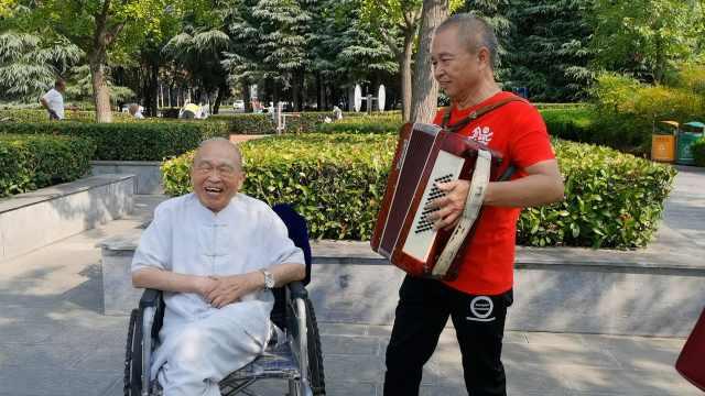 69岁老人拉手风琴为92岁父亲伴奏:想让他快乐着