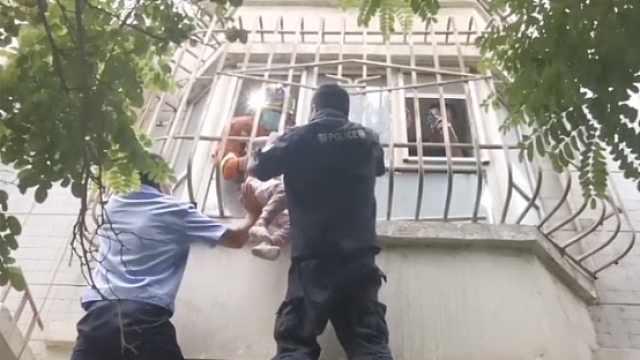 3岁女童头部卡2楼窗外身体悬空,家中3道防盗门成救援难题