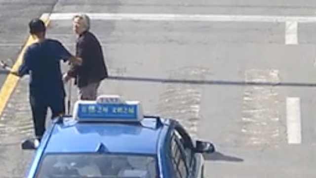 的哥下车搀扶蹒跚老太过马路,暖心一幕被后车的哥全程拍下