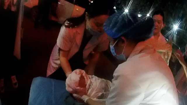 孕妇车上生娃求助交警,司机一路狂奔汗都出来了