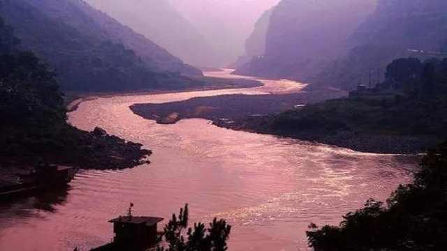 中国神秘河流:为何一到下雨天河水就变成血红色,毒蛇遍地?