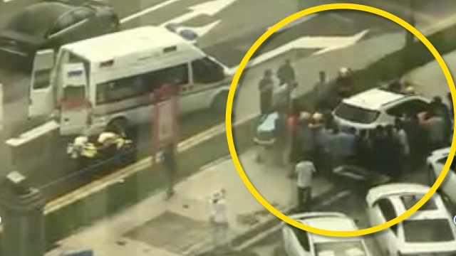 监拍:小车冲上人行道男子被卷车底,20多名路人