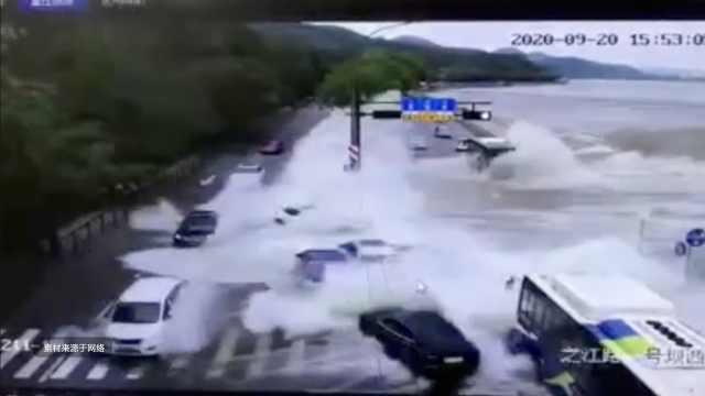 钱塘江潮水冲上杭州之江路,行驶中的十几辆车被掀走