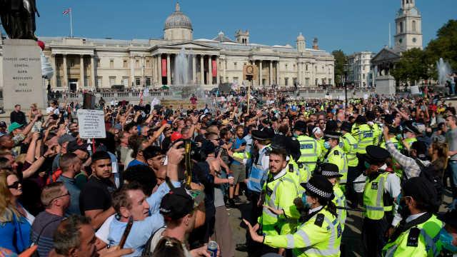 伦敦爆发大规模反隔离反疫苗抗议,民众高呼要