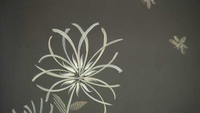 杭州88岁奶奶用鱼骨作工艺画栩栩如生,鱼刺拼出菊花瓣