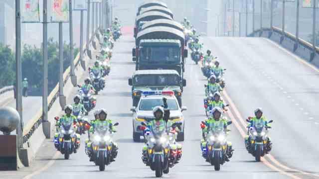 英雄归来!机场水门最高礼遇迎烈士遗骸,摩托车队护送