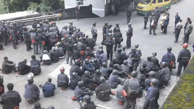 重庆一煤矿一氧化碳超限事故16人死亡,一人送医全力抢救