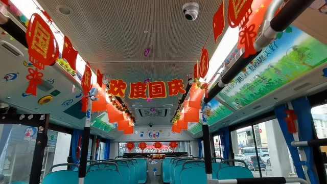 公交司机打造国庆主题车厢送国旗鲜花,乘客车厢内唱红歌