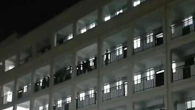 中秋国庆之夜,高校学生在宿舍楼大合唱