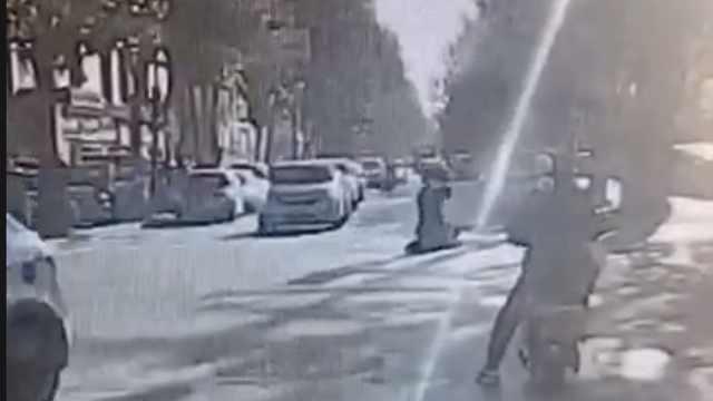 因感情纠葛男子当街持刀行凶致1死1伤,过路便衣警察当场制服