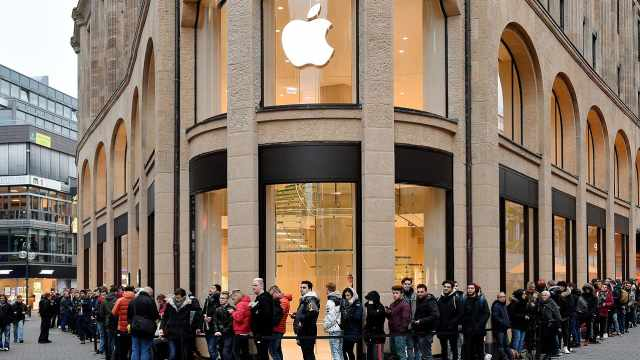 两款iPhone今起预售,还记得那些为iPhone熬夜排队的人吗?