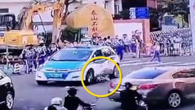 监拍:出租车斑马线上碾压小学生,撞人后仍未停车