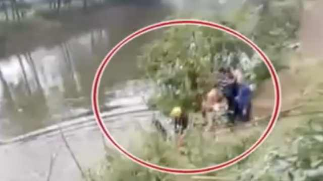 最后3分钟救援!女子驾车接娃冲入河中,村民接力救起母女