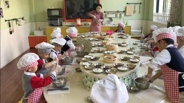 浙江一幼儿园开美食课,孩子们给自己做点心吃