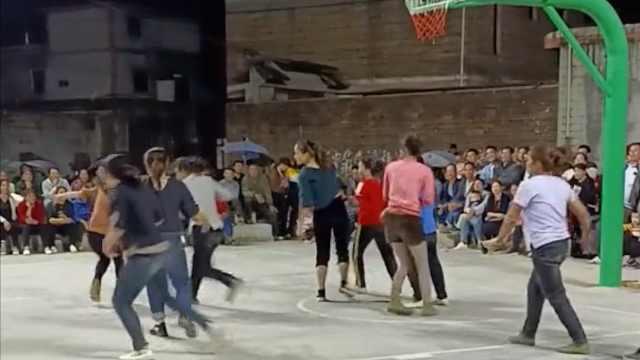"""乡村办篮球赛村民抱球全场狂奔,现场打成""""橄榄球"""""""