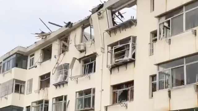 威海一居民楼发生燃气闪爆房顶被炸没,附近居民:以为是地震