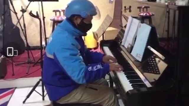 外卖大叔琴行里弹《送别》火爆网络,曾是钢琴老师