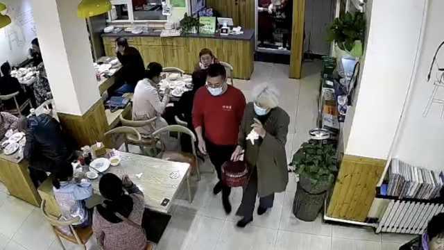 感人!老伴去世奶奶少买半份饺子,店员不解询问奶奶当场哽咽