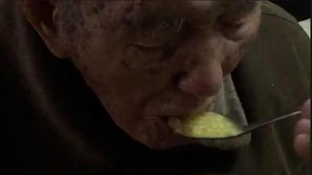 最暖谎言!儿子撒谎哄骗百岁父亲喝粥:医生说你身体缺米
