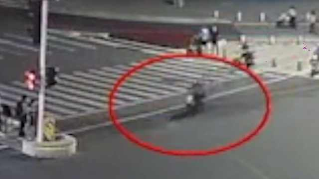 前同事谈闯红灯被撞身亡外卖员:跑单勤快拼命,从不挑单
