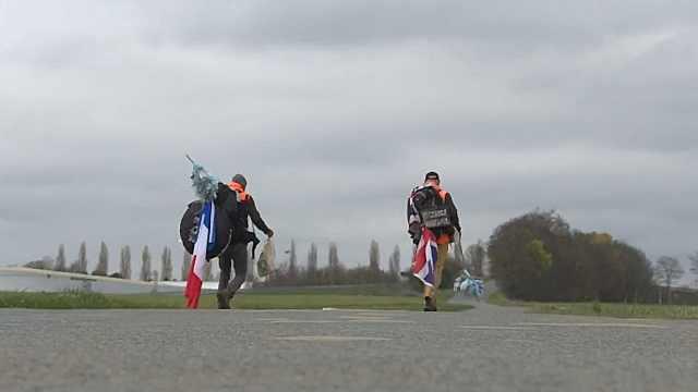 从马赛到巴黎,两名男子步行880公里一路捡废弃口罩