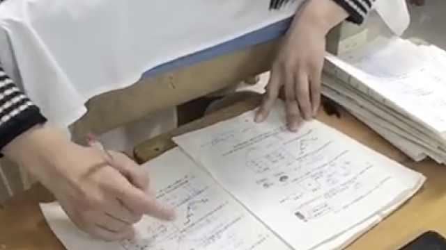 小学老师边做针灸边改试卷,大夫搬来凳子当书桌