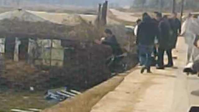 接亲途中遇老人落水,新郎和好友停车施救:分别是辅警和消防