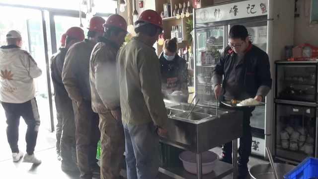 90后小伙开十元管饱饭馆挤满农民工:不赚钱也要让他们吃饱