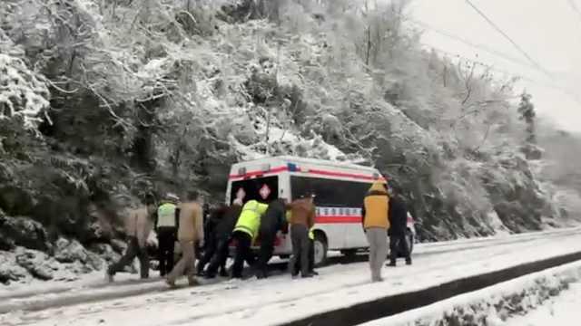 救护车跨省运病危老人困雪地,交警叫来路人一起推上坡