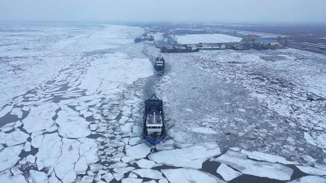 海岸线被冰封也拦不住东北渔民,大马力钢船破冰出海