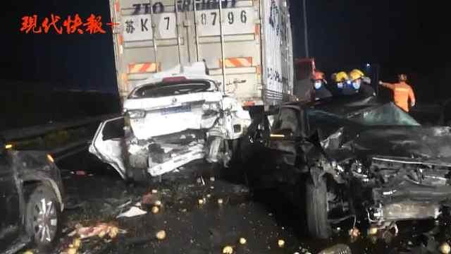 刹车不及导致8车连环追尾,致三人被困