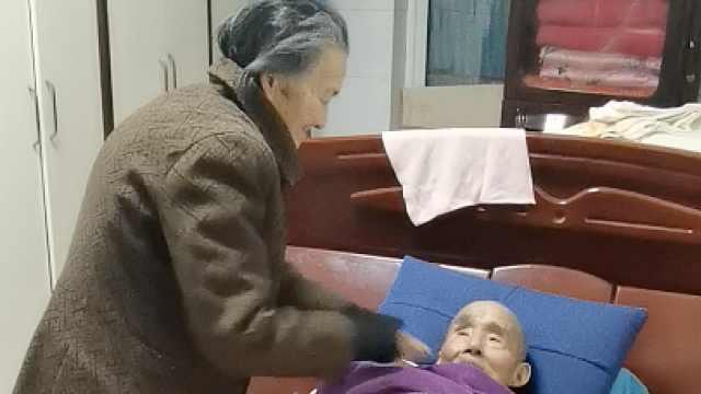 91岁奶奶每天夜起5次照顾瘫痪老伴:离不开,一年没出过门