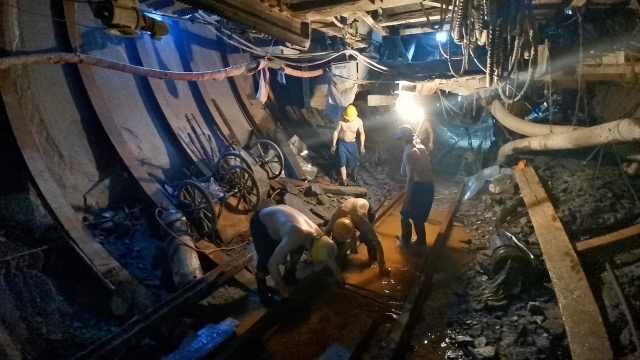 秦岭引水人穿防弹衣作业:地下千米挖掘,凿出亚洲第一长斜井