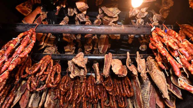 慢火熏制45天打造正宗湘西腊肉,过年炒一碗腊香满口