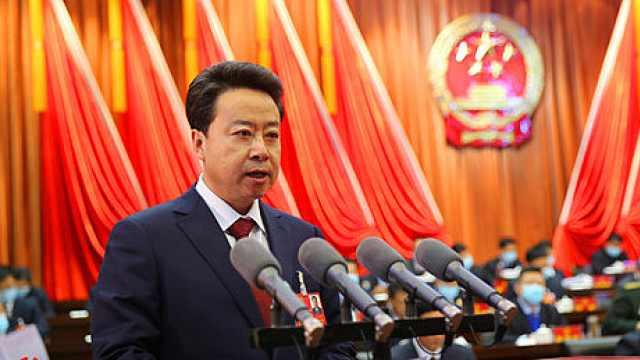庆阳市长卢小亨向大会作《政府工作报告》