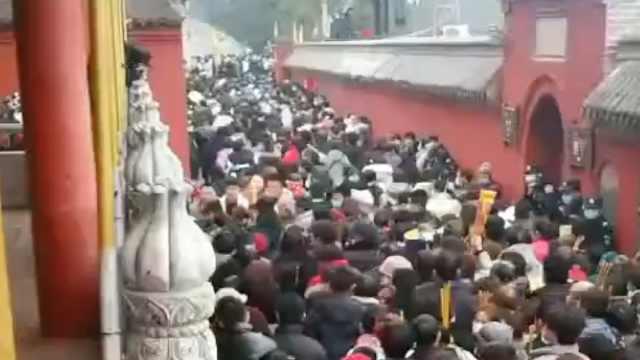 中国最大民间庙会元宵开启人从众模式,香客摩肩接踵水泄不通