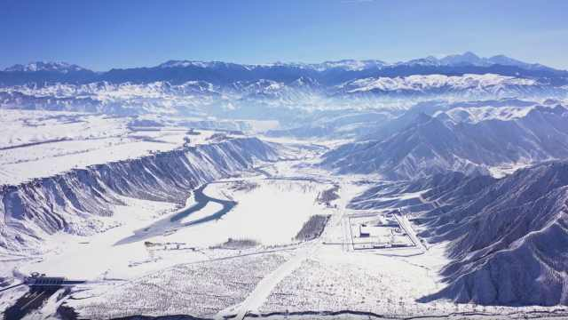 新疆初春美如油画:长河冰面融化,群山渐露本色