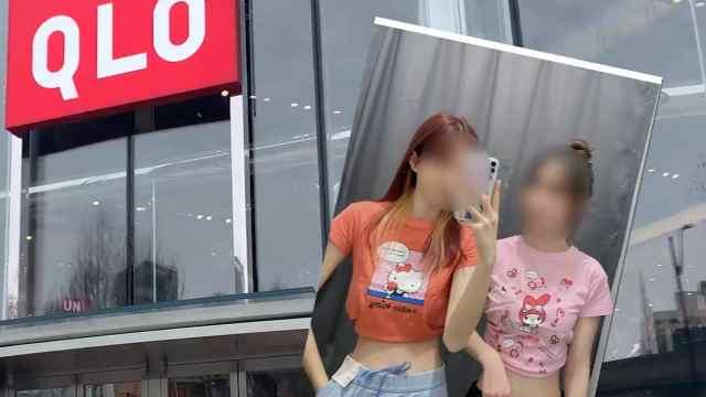 记者探访:南京优衣库未禁止成人试穿童装