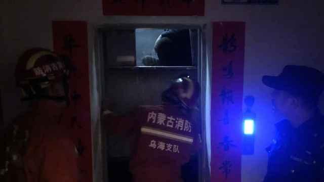 乌海一小区电梯突然失灵,两人卡在楼层中间!