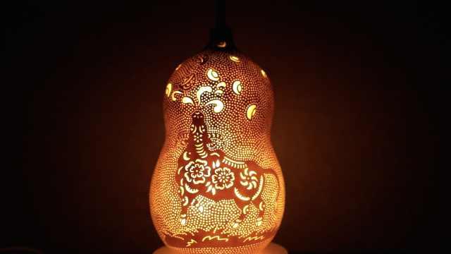 葫芦上也能作画,还被雕成葫芦灯